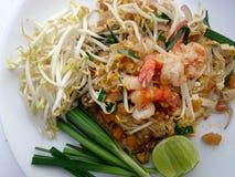 Capitonnez les nouilles de riz thaïlandaises et faites sauter à feu vif avec la crevette Nouilles frites thaïlandaises Image stock