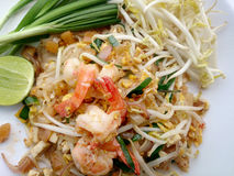 Capitonnez les nouilles de riz thaïlandaises et faites sauter à feu vif avec la crevette Nouilles frites thaïlandaises Image libre de droits