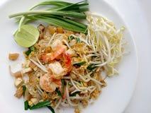 Capitonnez les nouilles de riz thaïlandaises et faites sauter à feu vif avec la crevette Nouilles frites thaïlandaises Photos stock