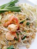 Capitonnez les nouilles de riz thaïlandaises et faites sauter à feu vif avec la crevette Nouilles frites thaïlandaises Photo libre de droits