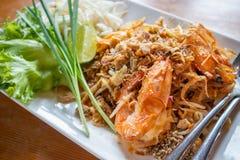 Capitonnez les nouilles de riz thaïlandaises et faites sauter à feu vif avec la crevette rose d'eau douce photographie stock libre de droits