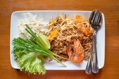 Capitonnez les nouilles de riz thaïlandaises et faites sauter à feu vif avec la crevette rose de l'eau photographie stock