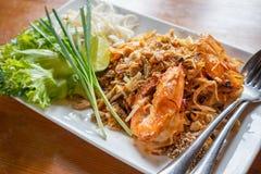 Capitonnez les nouilles de riz thaïlandaises et faites sauter à feu vif avec la crevette rose de l'eau image libre de droits