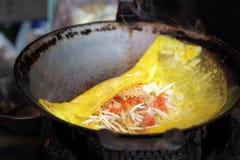 Capitonnez thaïlandais, un plat thaïlandais basé sur des nouilles de riz Enveloppe de Fried Thai Egg Photographie stock