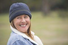 Capo caliente y chaqueta de la mujer feliz alegre foto de archivo libre de regalías