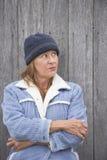 Capo caliente y chaqueta de la mujer seria al aire libre fotografía de archivo libre de regalías