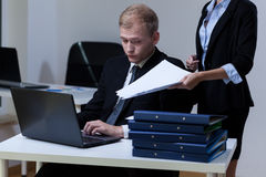 Capo che dà più lavoro di ufficio immagini stock libere da diritti