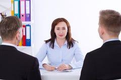Capo della donna Gruppo di affari che discute insieme i business plan al fondo dell'ufficio Team il lavoro Copi lo spazio ed il f Fotografia Stock