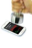 CAPO di chiamata in arrivo che mostra sullo smartphone quale ha fracassato dalla testa di legno Immagine Stock Libera da Diritti
