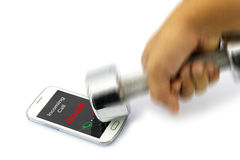 CAPO di chiamata in arrivo che mostra sullo smartphone quale ha fracassato dalla testa di legno Immagine Stock