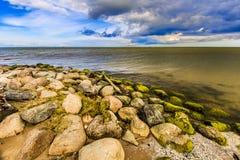 Capo di Kolka La spiaggia di pietra Fotografia Stock