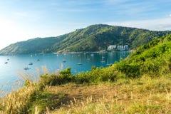 Capo di Phromthep della costa di mare della montagna di paradiso con il crogiolo di yacht Fotografia Stock Libera da Diritti