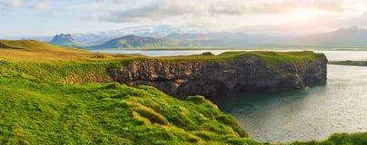 Capo Dyrholaey all'Islanda del sud Altitudine 120 m. ed isola media della collina con un'apertura della porta Immagine Stock