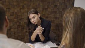 Capo femminile nei negoziati stock footage