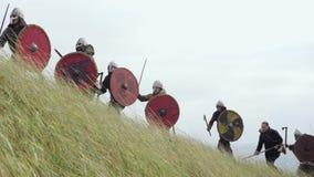 Capo Inspires dell'esercito i suoi guerrieri con discorso di battaglia e la spada di aumenti video d archivio
