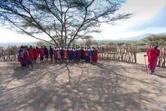 Capo masai e la sua tribù. Fotografie Stock Libere da Diritti