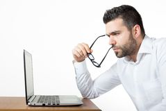 Capo osservando computer portatile Immagini Stock Libere da Diritti