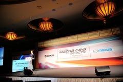 Capo progetto esecutivo di Mazda che parla al lancio CX-5 Fotografia Stock Libera da Diritti