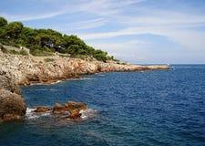 Capo roccioso abbandonato Antibes della costa Fotografia Stock Libera da Diritti