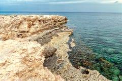 Capo roccioso della costa del mar Mediterraneo sul Cipro Fotografie Stock