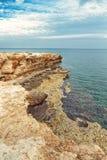 Capo roccioso della costa del mar Mediterraneo sul Cipro Immagini Stock