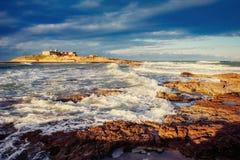 Capo roccioso scenico Milazzo della linea costiera La Sicilia, Italia fotografia stock libera da diritti