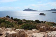 Capo Sounion della parte del sud del continente Grecia 06 20 2014 Paesaggio marino e paesaggio della vegetazione del deserto del Fotografia Stock Libera da Diritti