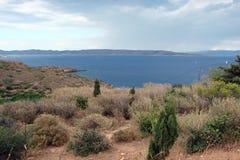 Capo Sounion della parte del sud del continente Grecia 06 20 2014 Paesaggio marino e paesaggio della vegetazione del deserto del Immagini Stock Libere da Diritti