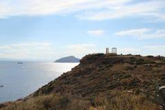 Capo Sounion della parte del sud del continente Grecia 06 20 2014 Paesaggio marino e paesaggio della vegetazione del deserto del Fotografia Stock