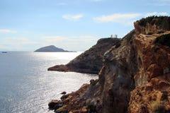 Capo Sounion della parte del sud del continente Grecia 06 20 2014 Paesaggio marino e paesaggio della vegetazione del deserto del fotografie stock libere da diritti
