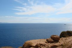 Capo Sounion sulla costa del sud del continente Grecia 06 20 2014 Paesaggio marino dall'altezza della scogliera di capo Sounion,  Fotografia Stock