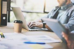 Capo vendite Working Modern Office della foto Computer portatile generico di progettazione di uso barbuto dell'uomo Partenza del  Immagini Stock