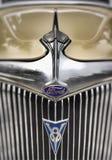 Capo y emblema de Ford Sedan restaurado 1934 imagen de archivo libre de regalías