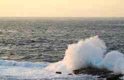 Capo Zampa, Okinawa Japan di tramonto dello spruzzo dell'oceano Fotografia Stock Libera da Diritti