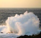 Capo Zampa, Okinawa Japan di tramonto dello spruzzo dell'oceano Fotografia Stock