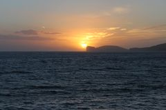 CapoCaccia solnedgång från Alghero Royaltyfri Bild