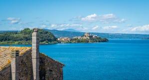 Capodimonte som sett från Marta, på Bolsena sjön, landskap av Viterbo, Lazio royaltyfria foton