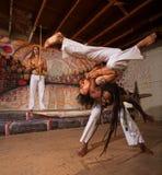 Capoeira执行者肩膀投掷 免版税库存图片