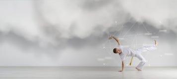 Capoeira человека практикуя, бразильские боевые искусства Наука спорта, биомеханика, <i>цветок</i> концепция информационной технологии Стоковые Фотографии RF
