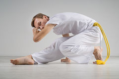 Capoeira человека практикуя, бразильские боевые искусства Стоковые Фото