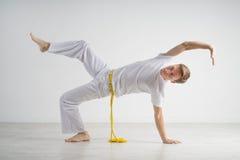 Capoeira человека практикуя, бразильские боевые искусства Стоковое Изображение RF