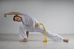 Capoeira человека практикуя, бразильские боевые искусства Стоковая Фотография