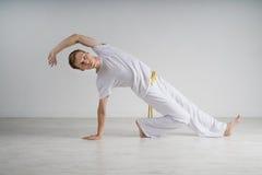 Capoeira человека практикуя, бразильские боевые искусства Стоковые Фотографии RF