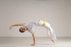 Capoeira человека практикуя, бразильские боевые искусства стоковые изображения rf