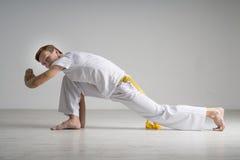 Capoeira человека практикуя, бразильские боевые искусства стоковое изображение