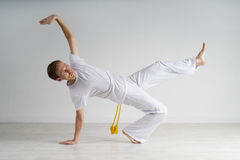 Capoeira человека практикуя, бразильские боевые искусства Стоковое Фото