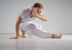Capoeira человека практикуя, бразильские боевые искусства Стоковая Фотография RF