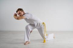 Capoeira человека практикуя, бразильские боевые искусства Стоковое фото RF