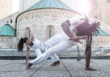 Молодое партнерство capoeira пар, эффектный спорт стоковое фото