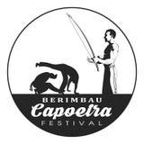 Capoeira berimbau节日徽章 播放仪器berimbau的Capoeira舞蹈家 两capoeira舞蹈战斗机剪影 免版税库存图片